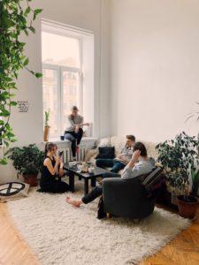 Famille réunie dans un salon